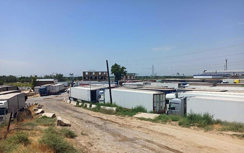 Сотни фур застряли на таджикско-узбекской границе из-за проверки водителей на COVID-19
